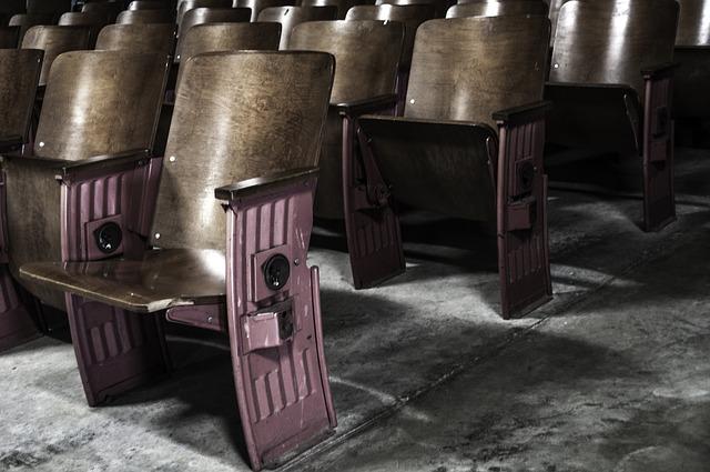 stará sedadla v divadle